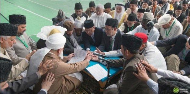 Pledging allegiance to Hazrat Mirza Masroor Ahmad