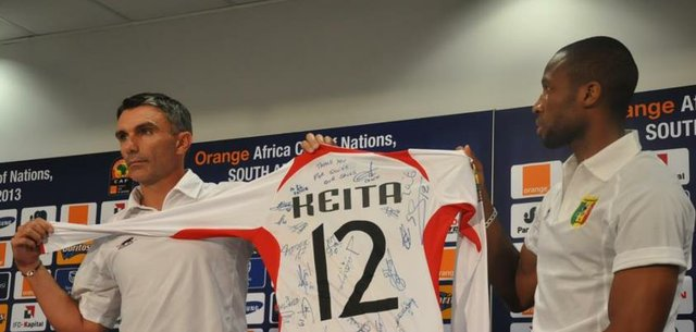 Caterton and Keita show off the signed jersey gift to Mandela.jpg