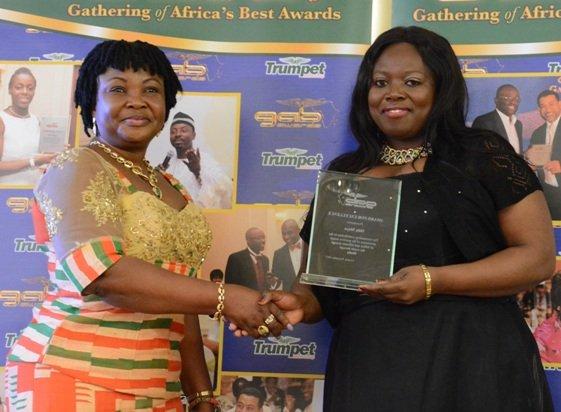 Sidumiso Moyo (right) receives her GAB Award from Councillor Doris Jiagge at GAB 2015