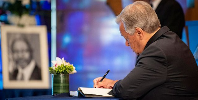 UN Secretary-General António Guterres signs a book of condolences in memory of Kofi Annan.