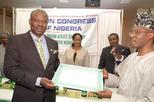 Amosun receiving his award.jpg