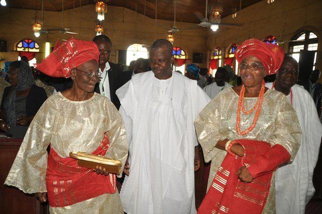Senator Amosun with late King Odeleye's wives during the church service